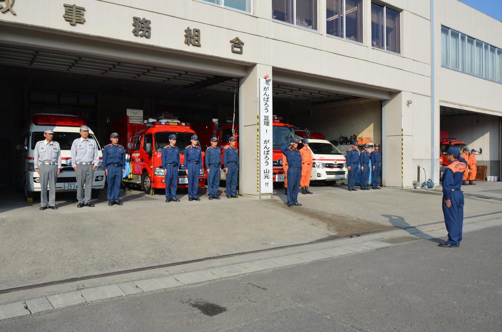 消防署の前に整列している消防士の写真