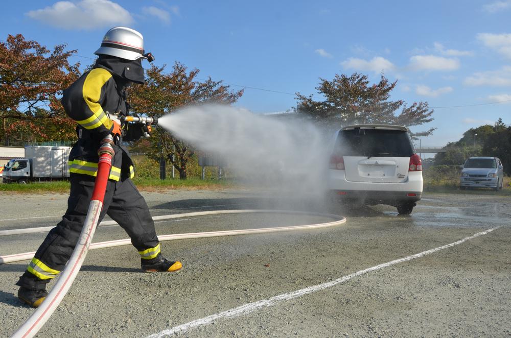 ホースを持ち消火訓練を行う消防士の写真
