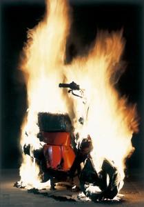 バイクの非防炎カバー(つけた火が燃え広がり、バイクが炎に包まれている)