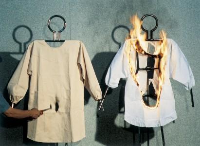 エプロンの写真(左にほんの少し焦げた防炎製品のエプロン、右に半分くらい燃えてしまった非防炎製品のエプロン)