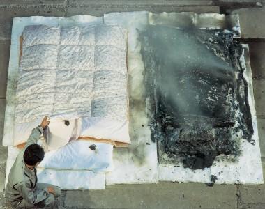 布団の写真(左がほんの少し焦げている防炎布団、右が全て燃えてしまい墨になった非防炎布団)