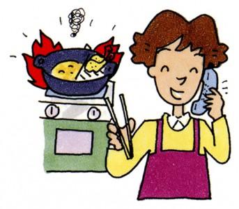 天ぷらを揚げているコンロから火が噴きだしている事に、電話中で気づかない奥さんのイラスト