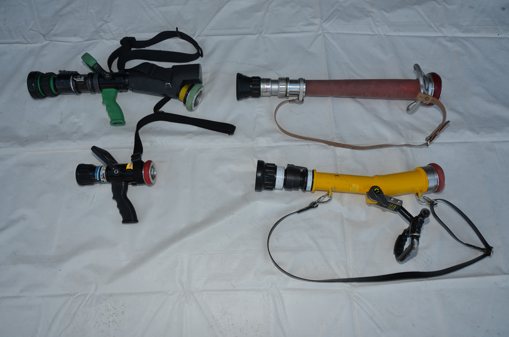 筒先(管槍)の本体の写真(色や大きさなど様々で写真には4種類、左側2つはピストル型)