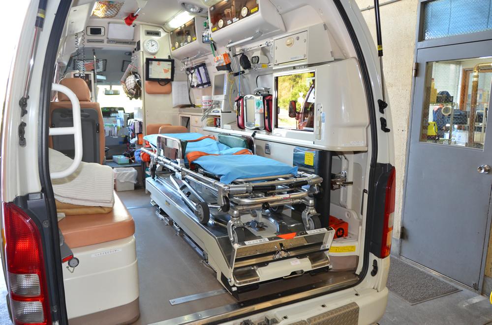 高規格救急自動車後部(車内が見えている)の写真