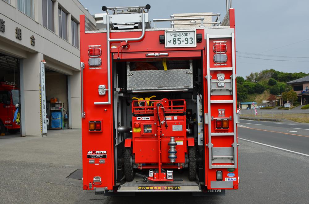 消防ポンプ自動車後ろ向き(ホースカーが車内に収納されている)の写真