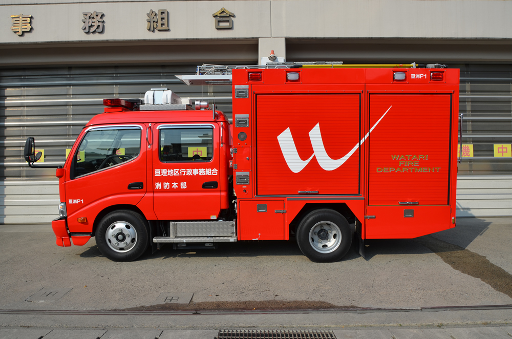 消防ポンプ自動車横向きの写真