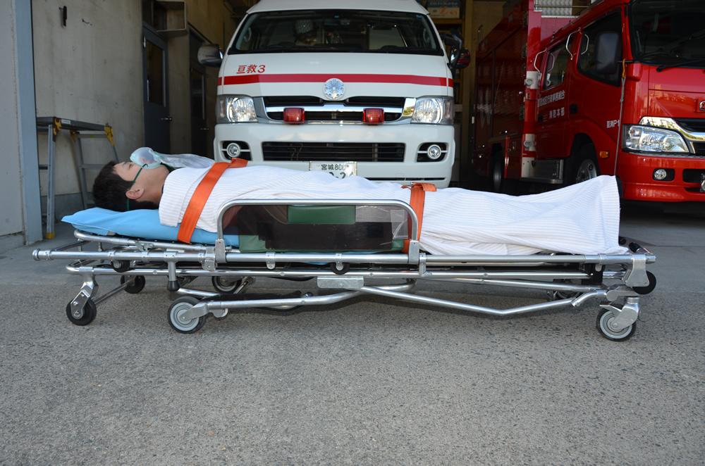 ストレッチャーの写真(ストレッチャーの足が折りたたまれており、低くなっている)