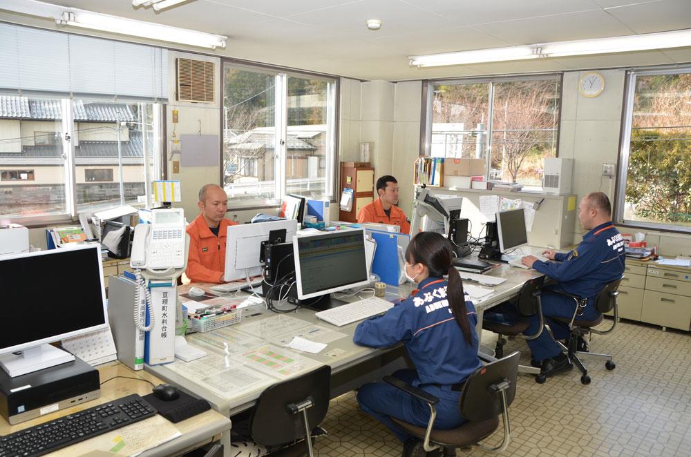 パソコンに向かい事務作業を行う消防士達の写真