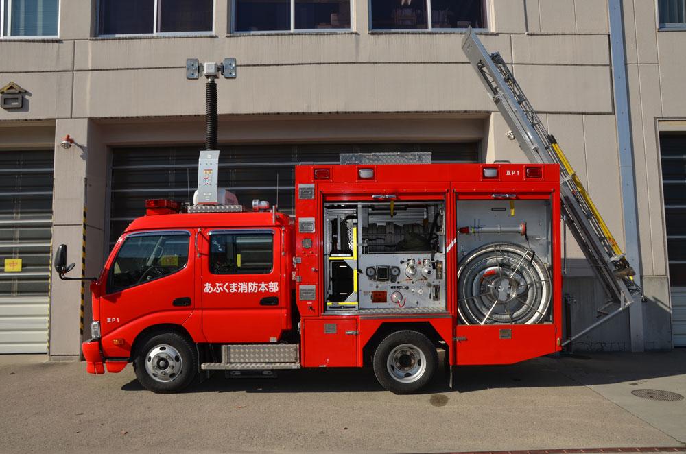 消防ポンプ自動車横向き(はしごが降りている)の写真
