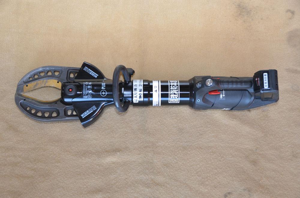 カッターの写真(エンジンとホースで繋がっており、先端がクワガタのようになっている)